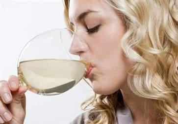 在性生活前喝酒能助兴 这才是提高兴致的正确做法