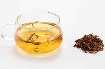金银花是不服从受欢迎的一种中草药,特别是夏天很多人喜欢拿它来泡茶,它的口感很清香还能减肥,受到了许多女性朋友的追捧,今天我们就来讲解一下2021女人喝金银花茶有什么好处 。  2021女人喝金银花茶有什么好处  1、抗菌杀菌  根据现代的医学研究显示,金银花中含有一种可以抑制住伤寒以及流感病毒等,起到很好的抗菌抑菌的功效。对于身体的各种疾病有着很好的治疗的效果,经常饮用对于身体来说非常的有好处。  2、清热解毒  《草本纲目》中记载到,金银花具有气平的作用,对于清热解毒的作用非常的明显。夏季的时候,我们就可以食用金银花进行泡水喝,不仅可以起到解暑的效果,还能够起到很好的提升醒脑的功效。  3、提高免疫力  金银花中含有的物质能够促进淋巴细胞进行转化,从而可以更好的增强白细胞的吞噬功能,使得我们的抵抗力越来越好。经常的服用金银花茶不但可以起到提高免疫力的功效,对于抗癌抑癌的功效也非常的明显。  4、疏热散邪  当我们的身体出现失眠多梦、身体疲劳的情况出现的时候,我们的就可以喝点金银花茶来改善这样的情况出现,对于口干舌燥和嘴巴干裂具有一定的缓解的作用,起到非常好的疏热散邪的作用。女人喝金银花茶的功效与作用