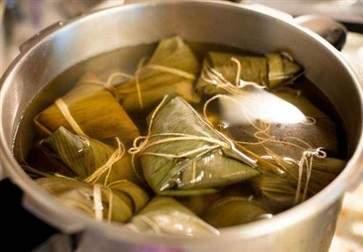 煮粽子用冷水还是热水 糯米粽子的功效与作用