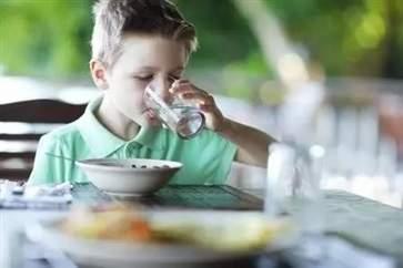 边吃饭边喝水好吗 边吃饭边喝水的后果是什么